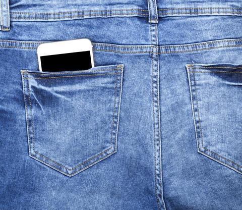 smartphone in the back pocket of blue jeans フォト