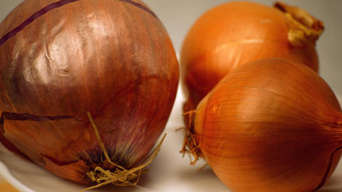 Onions Rotate On Plate On Display 영상물