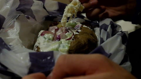 Eating baked potato with vegetables and sauce - vegetarian meal ライブ動画