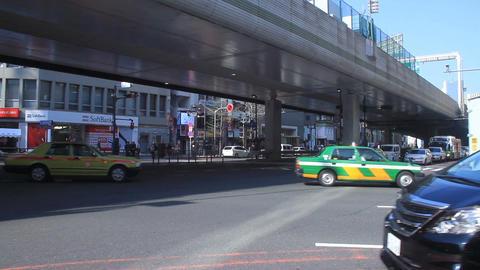 Cars come and go at Roppongi crossing midium shot ビデオ