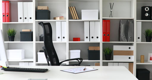 Young adult businessman coming in workplace in modern office ビデオ