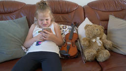 Determined to win young girl is playing game on a smartphone. Funny Archivo