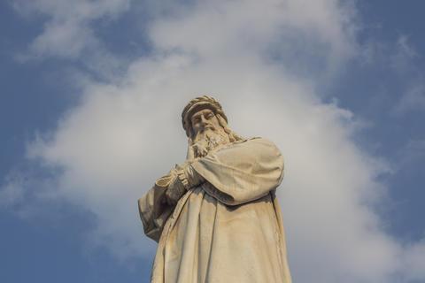 Leonardo da Vinci in the clouds. Monument at Piazza della Scala, Milan, Italy Fotografía