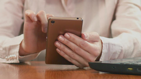 Hands of businesswoman scrolling on smartphone, chatting with client online ビデオ