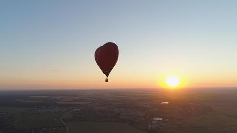 Hot air balloon shape heart in sky フォト