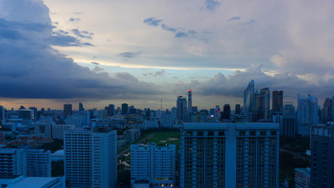 Storm clouds with rain passing over sky of Bangkok cityscape. 4K Timelapse Archivo