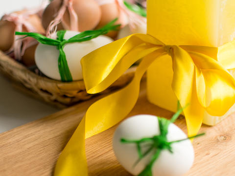 Close-up of Easter eggs tied with ribbon on white background Fotografía