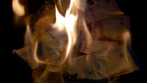 Burning 500 and 1000 Argentinian pesos bills GIF