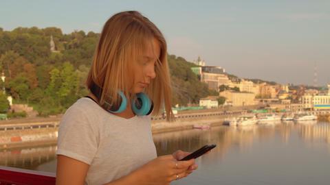 woman using her smarthone ライブ動画