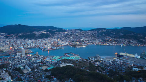 Day to night timelapse of Nagasaki city skyline in Nagasaki, Japan Archivo