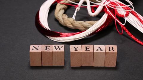 正月飾りと2019の数字を並べる手 ビデオ