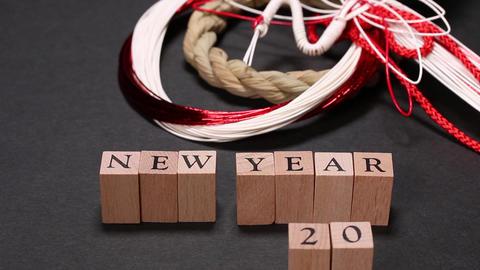 正月飾りと2020の数字を並べる手 ビデオ