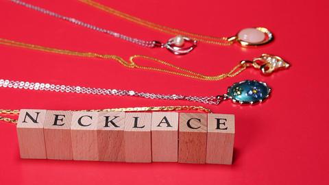 宝飾品とNECKLACEの文字 ビデオ