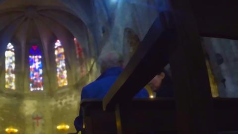 Eldery Couple Chatting in the Chappel ビデオ