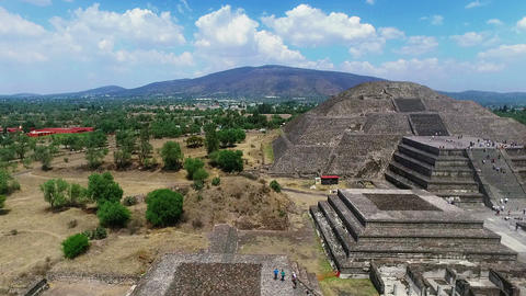 """Aerial View Of The """"Moon Pyramid"""" In Teotihuacan TAKE 3 ビデオ"""
