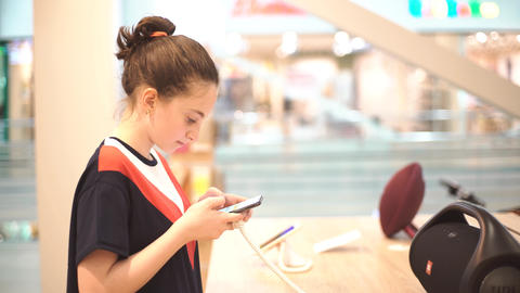 Girl Using Mobile Phone in The Shop ビデオ