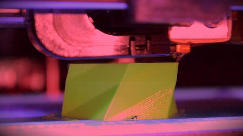 3D printer working. Fused deposition modeling, FDM. 3D printer ライブ動画