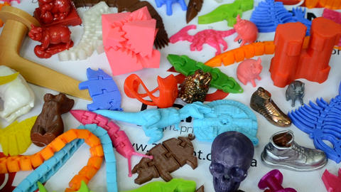 Models printed by 3d printer. Bright colorful objects printed on a 3d printer ライブ動画