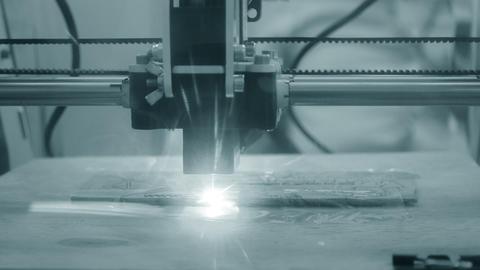 3d printer laser beam burns the pattern close-up on a wooden board ビデオ