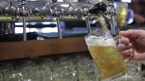 Freshly tapped beer ビデオ