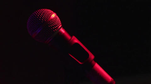 A hand touches to the microphone on the stage rap of concert footage ビデオ