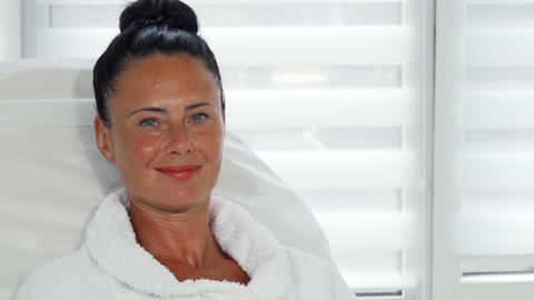 Beautiful mature woman waiting for beauty procedure at the clinic Fotografía