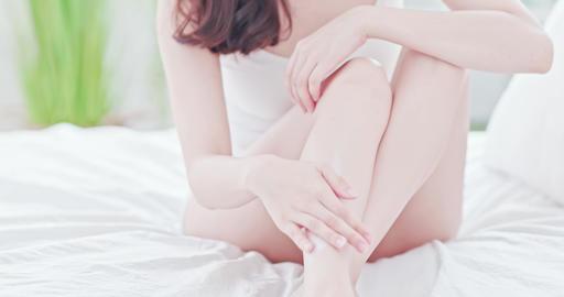 Woman applying cream onto leg Live影片