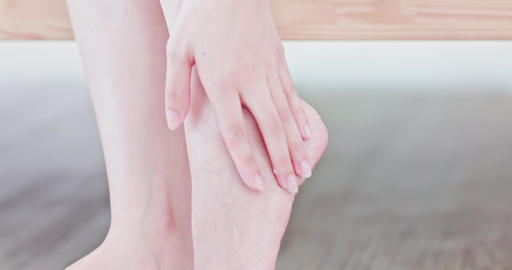 Woman applying cream onto foot Live影片