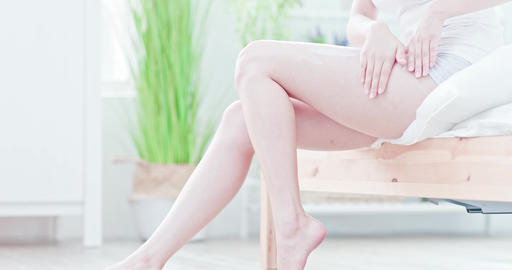 Woman apply cream onto her leg Live影片