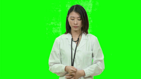 Asian female doctor showing thumbs up on Green Screen 2 Live影片