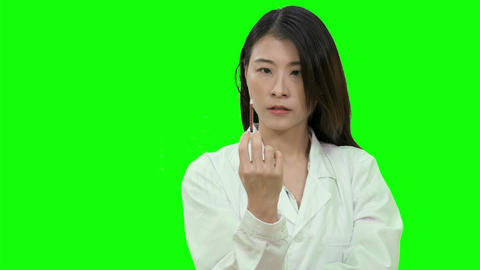 Asian female doctor squeezing syringe on Green Screen Live影片
