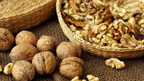 Walnuts on rustic natural burlap, Walnut kernels in wicker basket, Walnut ライブ動画