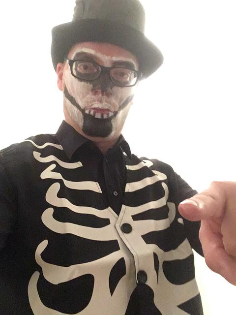 Picture of a man in skeleton costume for Halloween Fotografía