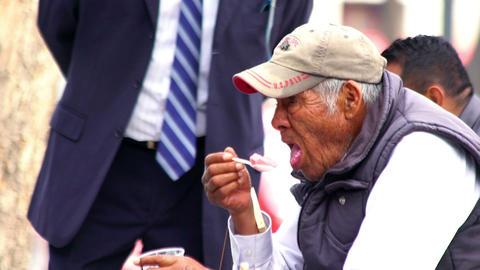 An older man eats a jelly Archivo