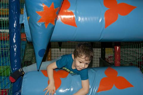 the boy running around the trampoline フォト