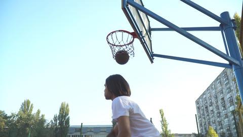 The guy throws a basketball into the basketball net Acción en vivo