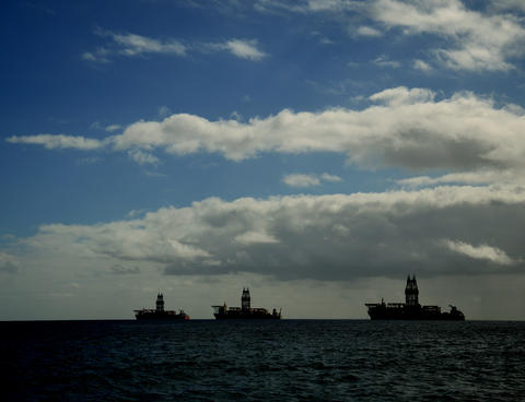 Three oil platforms in the bay フォト