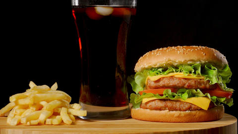 bacon cheese burger with beef patty tomato onion ビデオ