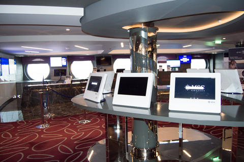 The reception area of the cruise liner with views of the monitors and a tour Fotografía