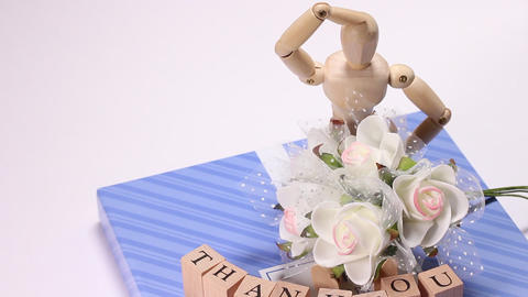 Gift box with bouquet and wooden doll ライブ動画