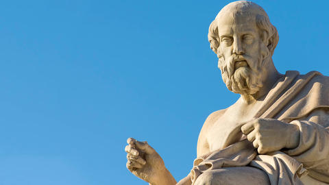 Zoom out of the statue of the Greek philosopher Plato Archivo