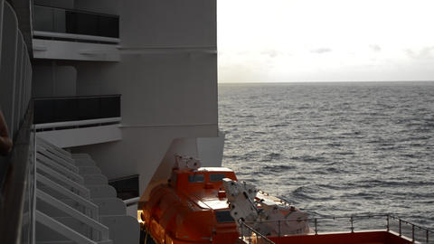 Equipment and appearance of a modern cruise liner with balconies and lifeboats ビデオ