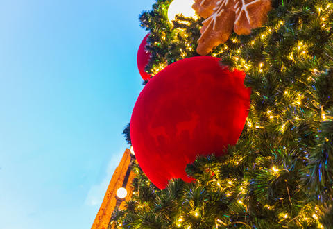 Christmas tree with decorative balls and glittering lights Fotografía