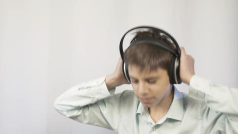 The teenager listens to music, the young man likes to listen to music through Live Action