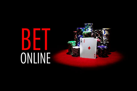 Two aces with poker chips stack with message BET ONLINE Fotografía