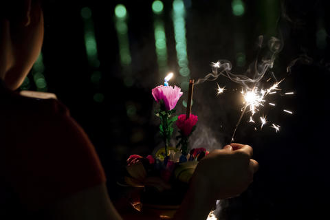 A young woman celebrating Loy Krathong in Bangkok, Thailand Fotografía