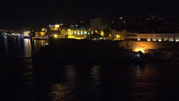 Malta Valletta illuminated waterfront with city wall by night ビデオ
