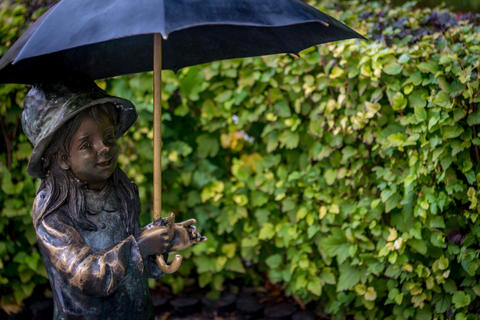 Statue of a little girl under an umbrella. Ukraine October 12, 2018 フォト
