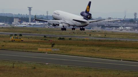 Lufthansa Cargo McDonnell Douglas MD-11 landing Live Action