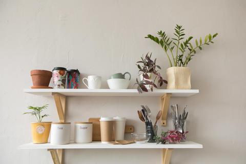 Pots and dishware on shelves フォト